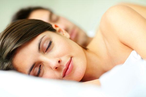 Die Schlafposition beeinflusst die Träume (Foto: Jacob Wackerhausen | Photos.com)