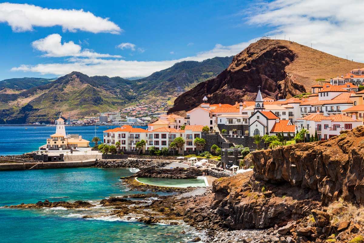 Aussicht die kleine Stadt Canical an der Ostküste der Insel Madeira