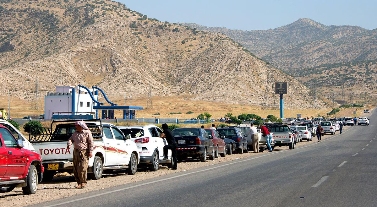Wartende Autos vor einer Tankstelle im Nordirak