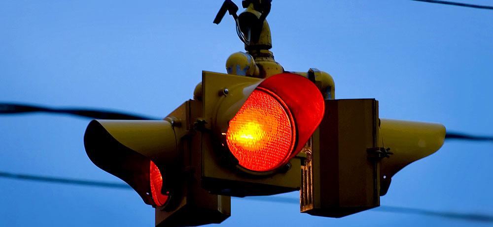 Zahlt die Versicherung bei einem Unfall trotz Rotlichtverstoß