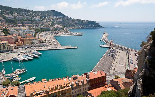Weitwinkelaufnahme des Hafens in Nizza
