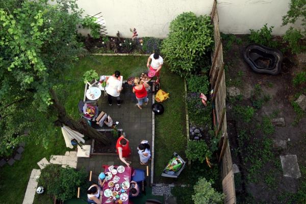 Nachbarn grillen im Hinterhof, über dts Nachrichtenagentur