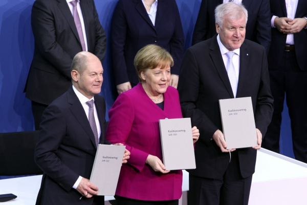 Scholz, Merkel und Seehofer mit Koalitionsvertrag 2018-2021, über dts Nachrichtenagentur