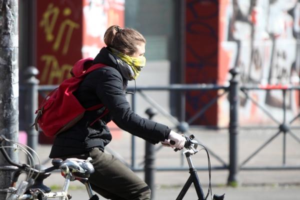 Frau mit Schal und Handschuhen, über dts Nachrichtenagentur