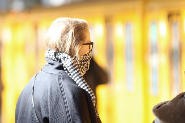 Frau mit Schal, über dts Nachrichtenagentur