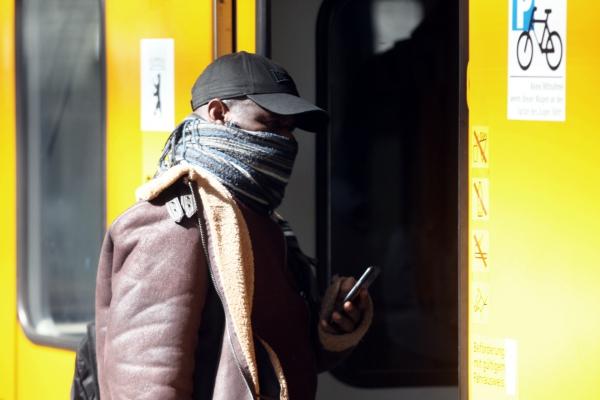Mann mit Schal, über dts Nachrichtenagentur