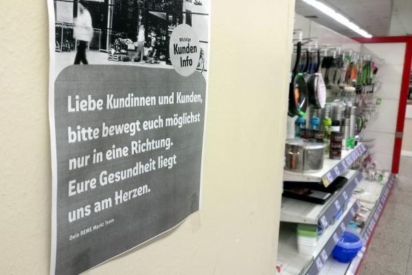 Supermarkt mit Corona-Hinweis, über dts Nachrichtenagentur