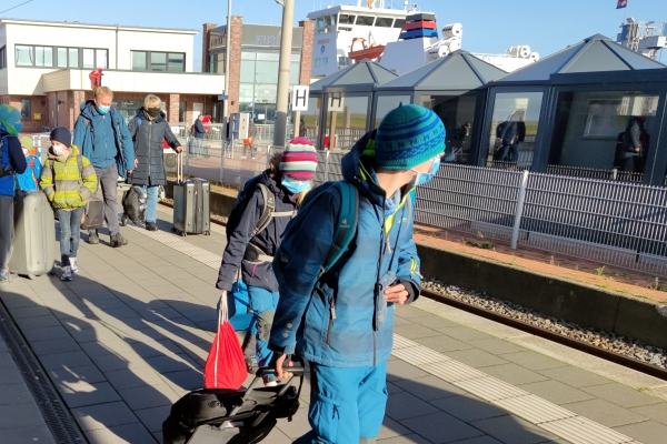 Urlauber reisen mit Schutzmaske ab, über dts Nachrichtenagentur