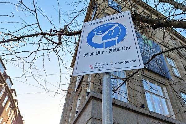 Hinweisschild auf Maskenpflicht in einer Fußgängerzone, über dts Nachrichtenagentur