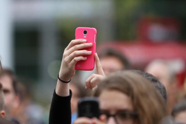 Frau mit Smartphone, über dts Nachrichtenagentur
