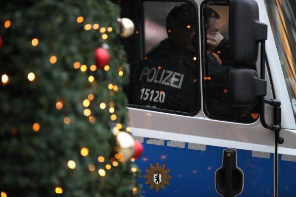 Polizei auf Weihnachtsmarkt, über dts Nachrichtenagentur
