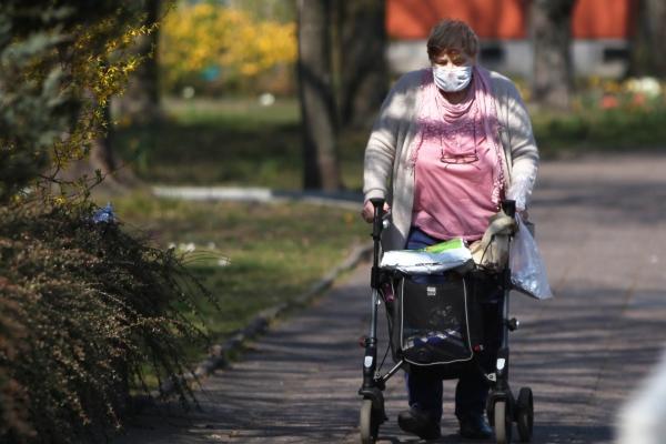 Alte Frau mit Mundschutz, über dts Nachrichtenagentur