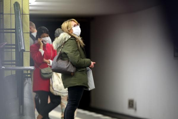 Fahrgäste mit Mund-Nasen-Schutz, über dts Nachrichtenagentur
