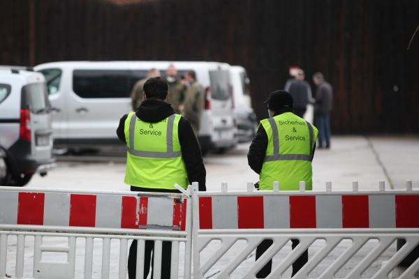 Sicherheitskräfte an Corona-Impfzentrum, über dts Nachrichtenagentur