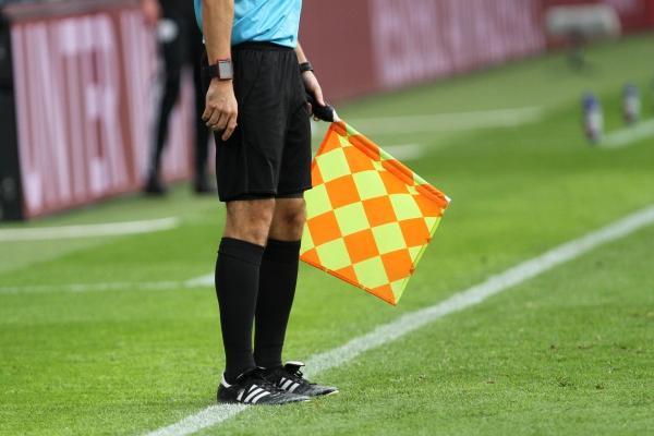 Linienrichter beim Fußball mit Fahne, über dts Nachrichtenagentur