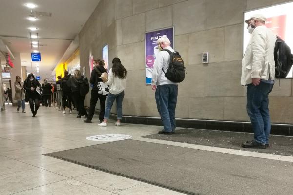 Menschen in einer Corona-Warteschlange, über dts Nachrichtenagentur