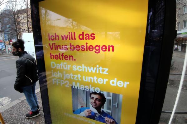 Werbeplakat für Corona-Regeln, über dts Nachrichtenagentur