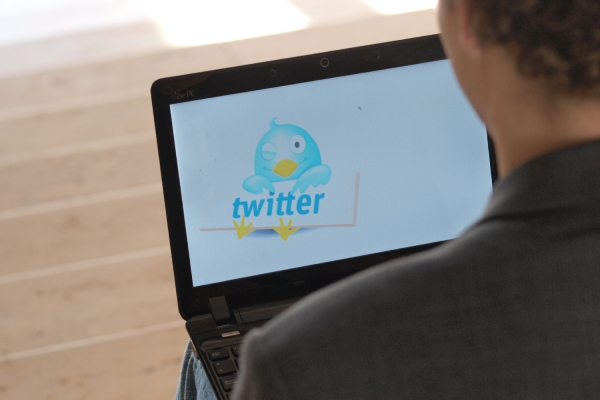 Twitter-Nutzer an einem Computer, über dts Nachrichtenagentur