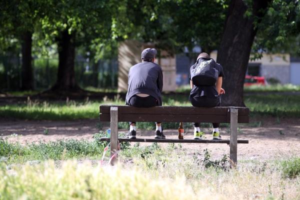 Jugendliche auf einer Parkbank mit Bier, über dts Nachrichtenagentur