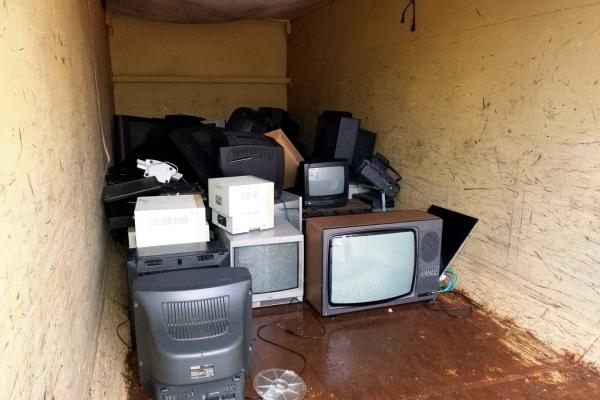 Kaputte Fernseher in einem Container, über dts Nachrichtenagentur