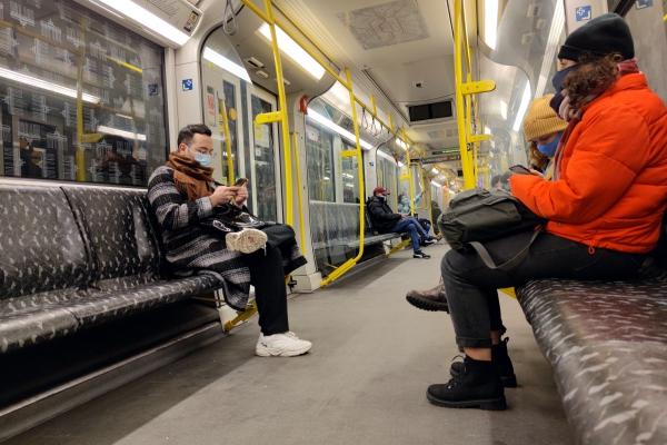 Fahrgäste mit Maske in einer U-Bahn, über dts Nachrichtenagentur