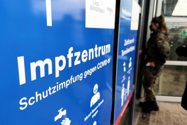 Bundeswehr-Soldatin an Impfzentrum, über dts Nachrichtenagentur