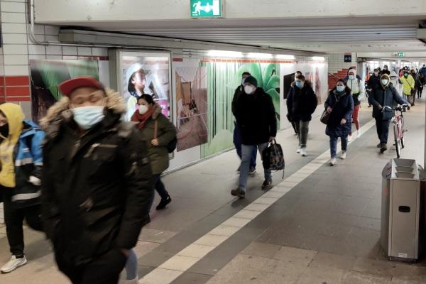 Pendler mit Corona-Masken, über dts Nachrichtenagentur