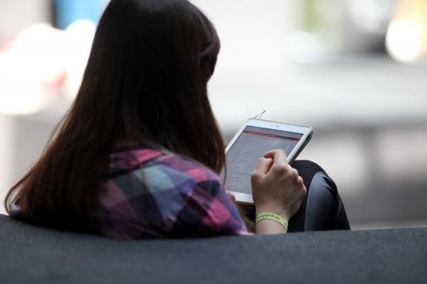 Junge Frau mit Tablet, über dts Nachrichtenagentur
