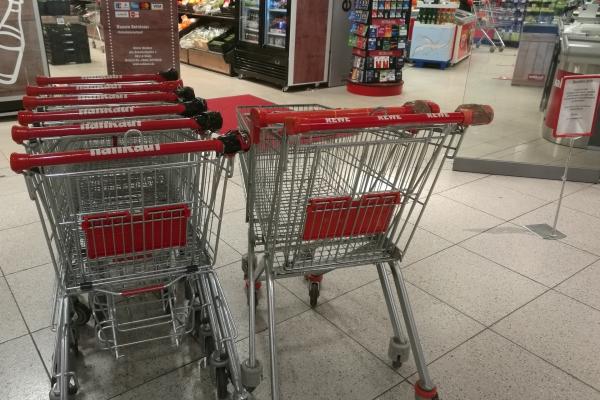 Einkaufswagen vor einem Supermarkt, über dts Nachrichtenagentur