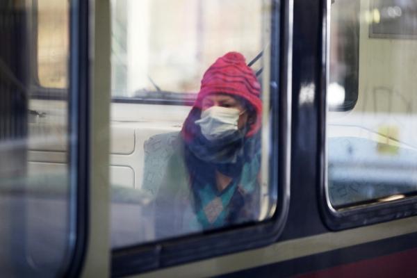 Frau mit Schutzmaske in einer S-Bahn, über dts Nachrichtenagentur