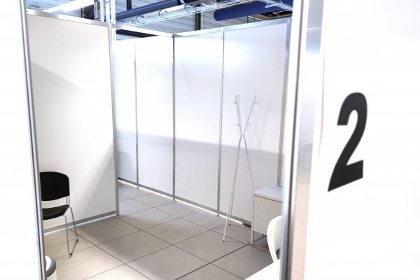 Leere Kabine in einem Impfzentrum, über dts Nachrichtenagentur