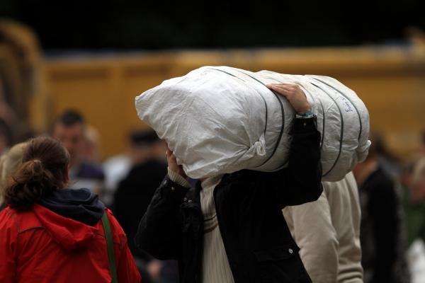 Hochwasser-Helfer beim Befüllen von Sandsäcken, über dts Nachrichtenagentur