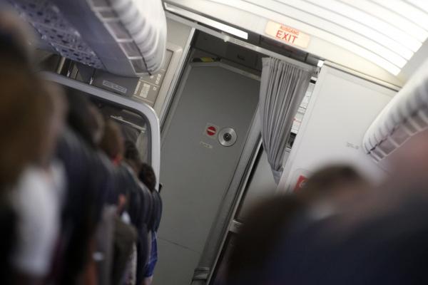Flugzeugkabine mit Cockpit-Tür, über dts Nachrichtenagentur