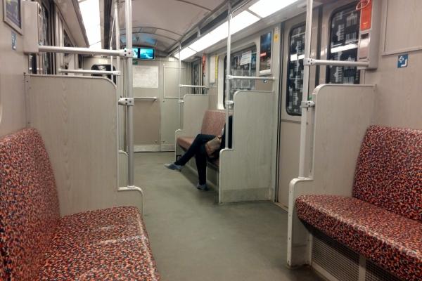 Frau sitzt alleine in U-Bahn, über dts Nachrichtenagentur