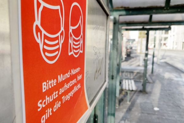 Hinweis auf Mund-Nasen-Schutz an einer Straßenbahnhaltestelle, über dts Nachrichtenagentur