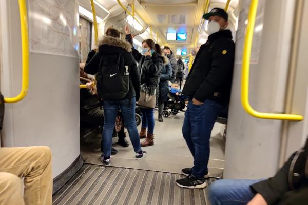 Menschen in einer U-Bahn, über dts Nachrichtenagentur