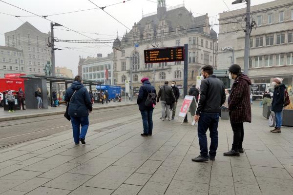 Menschen an einer Straßenbahnhaltestelle, über dts Nachrichtenagentur
