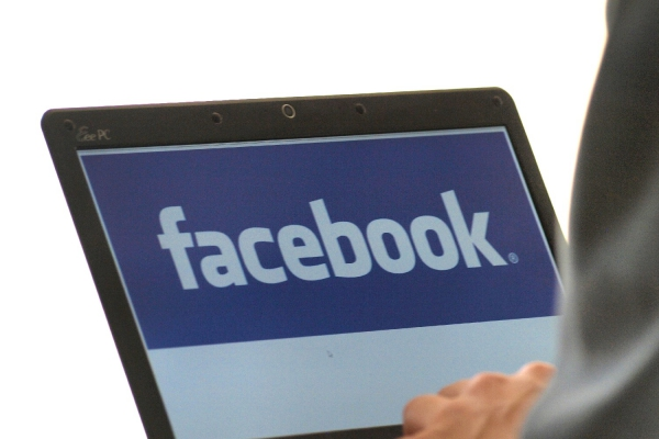 Facebook-Nutzer am Computer, über dts Nachrichtenagentur