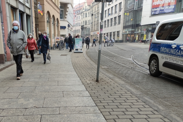 Menschen mit Maske in einer Innenstadt, über dts Nachrichtenagentur
