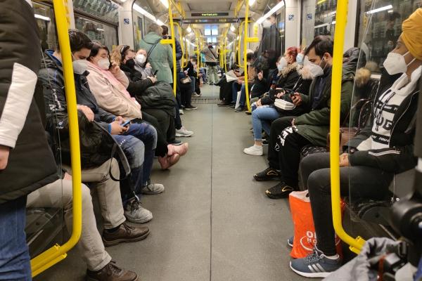 Vollbesetzte U-Bahn während der Corona-Pandemie, über dts Nachrichtenagentur