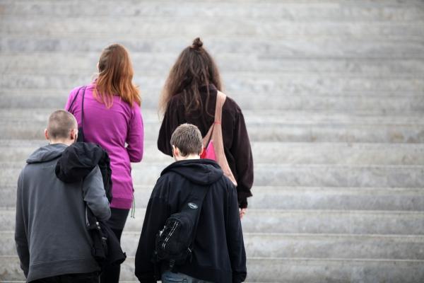 Vier junge Leute auf einer Treppe, über dts Nachrichtenagentur