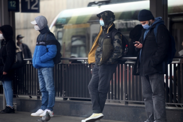 Menschen mit Maske, über dts Nachrichtenagentur
