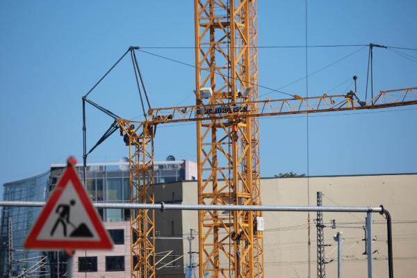 Baukräne auf einer Baustelle, über dts Nachrichtenagentur