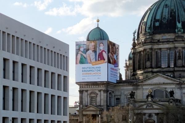 Plakate für Impfkampagne am Berliner Dom, über dts Nachrichtenagentur