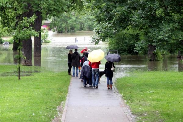 Schaulustige beim Hochwasser, über dts Nachrichtenagentur