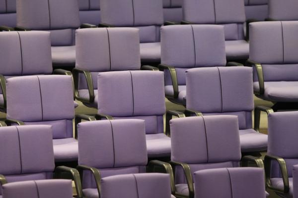Leere Abgeordnetenstühle im Bundestag, über dts Nachrichtenagentur